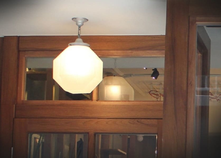 門口的奶油老吊燈