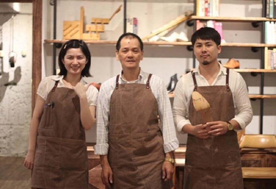 與林果夥伴拍照的阿文製鞋師傅