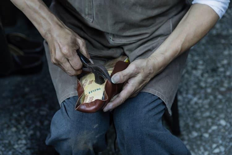 正在製鞋的師傅