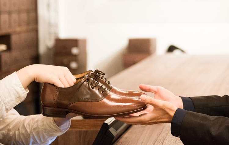 將鞋交給客人