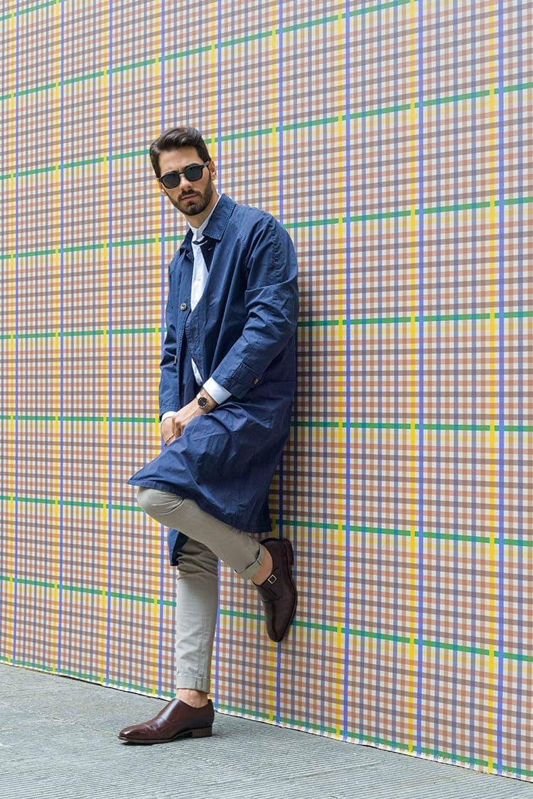 穿著藍色大衣與灰色長褲與孟克鞋的男人