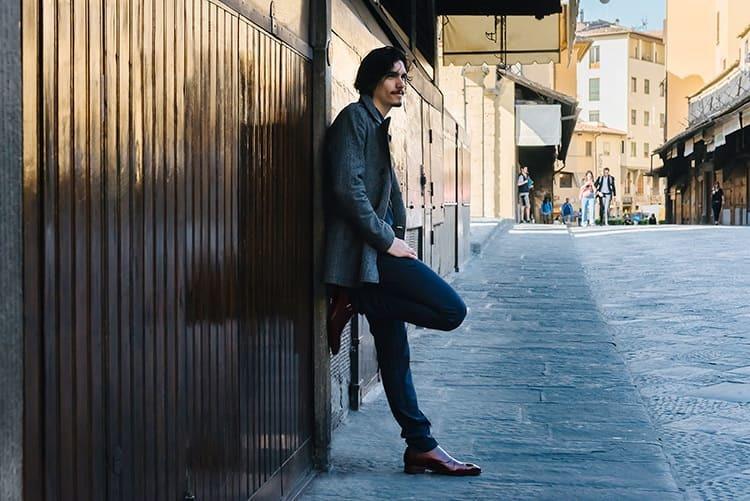穿著灰色大衣與灰深色長褲與孟克鞋的男人