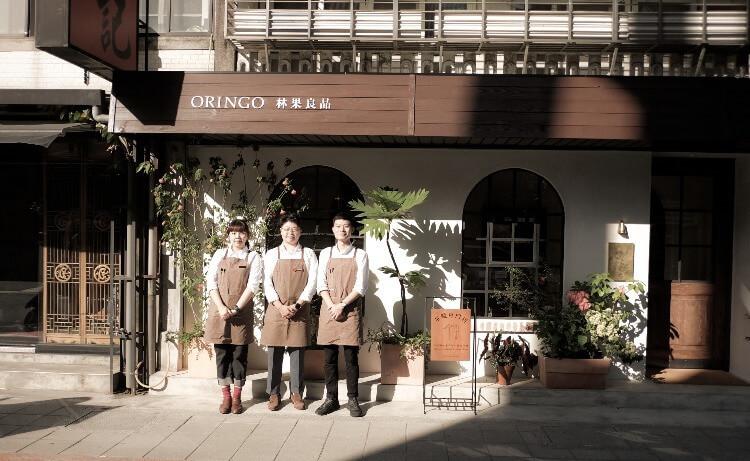 三個人站在林果東門店店門口