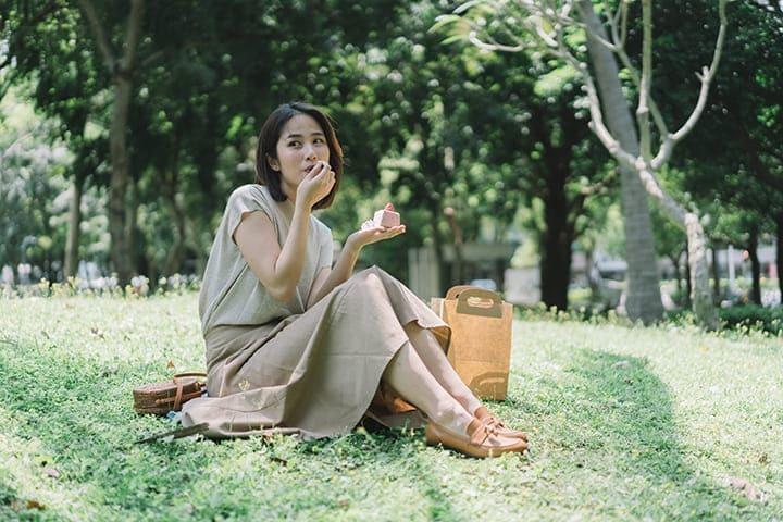 在草地野餐的女子