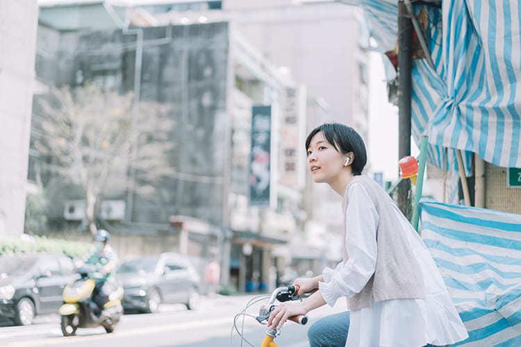 正在騎車的女子