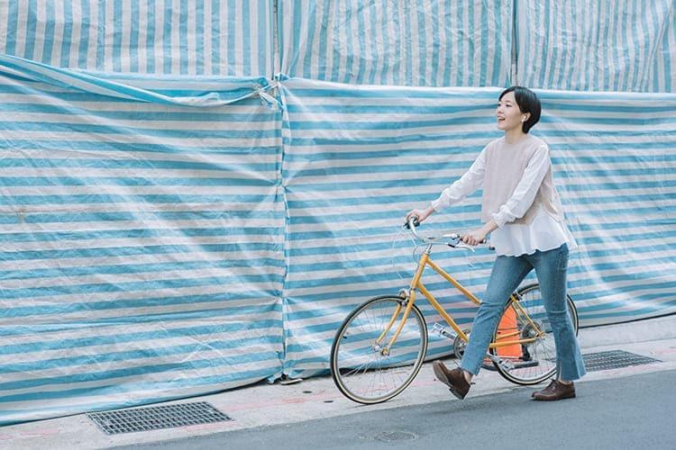 正在牽著腳踏車的女子