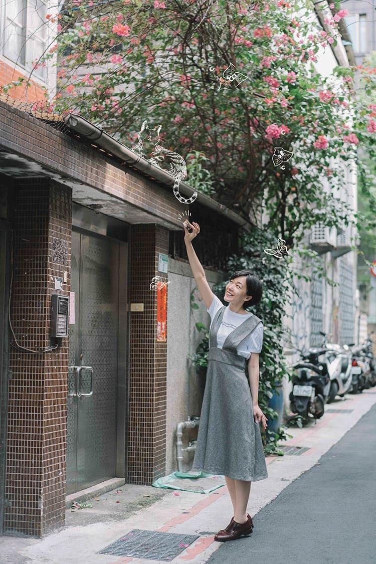 將手舉高的女子