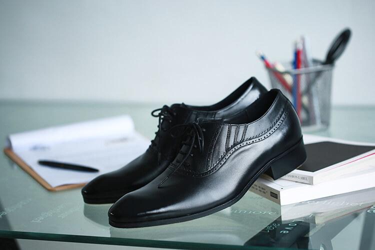 放桌上的商務牛津鞋