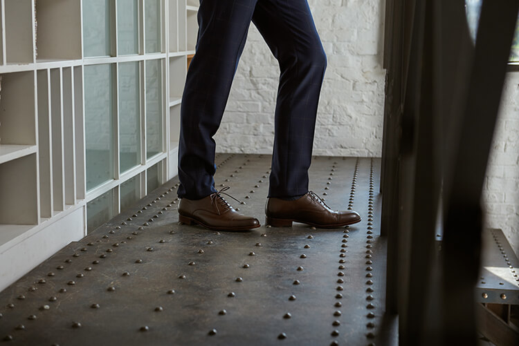 藍西裝褲與牛津鞋的下半身