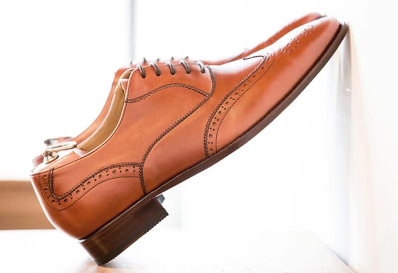 將皮底皮鞋斜放保持鞋底通風