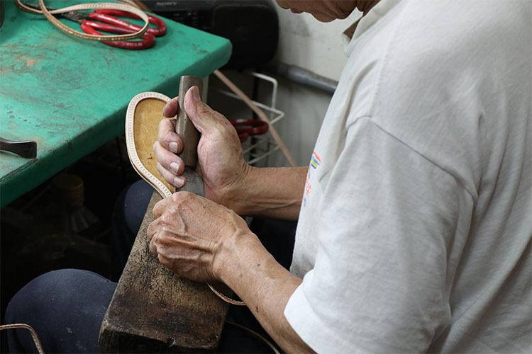 師傅正在裁切鞋底
