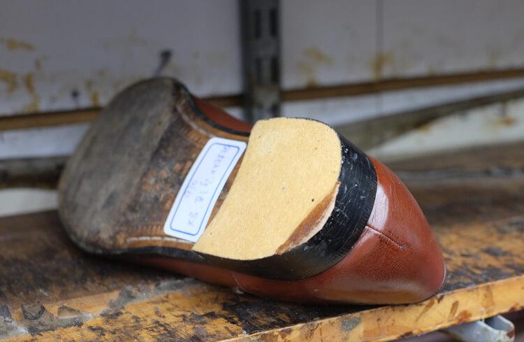 拔掉天皮的鞋跟還需要一些皮片補強的工作