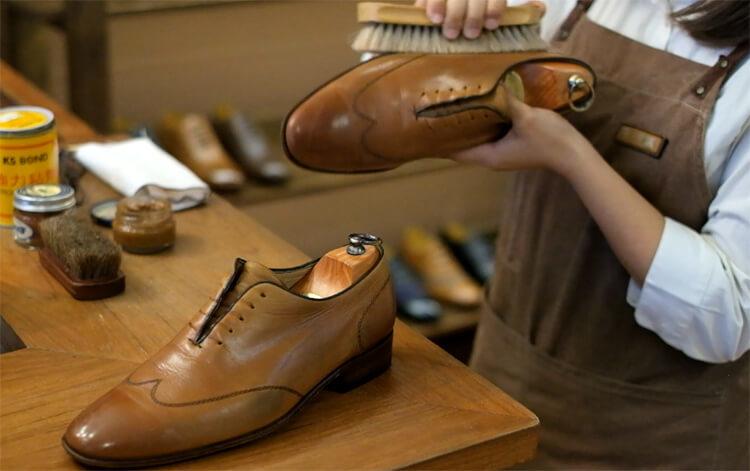 進行鞋面的基本保養