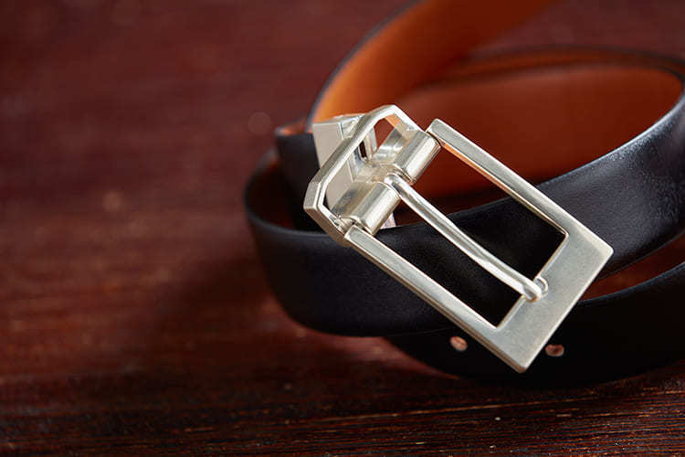 紳士皮帶頭的材質顏色以拋亮簡潔的銀色金屬為主