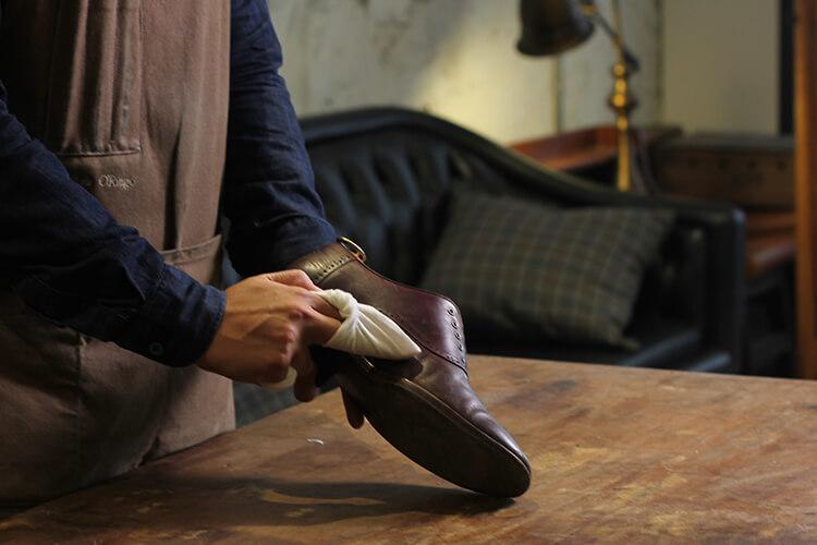 用清潔露擦拭皮鞋鞋面汙垢
