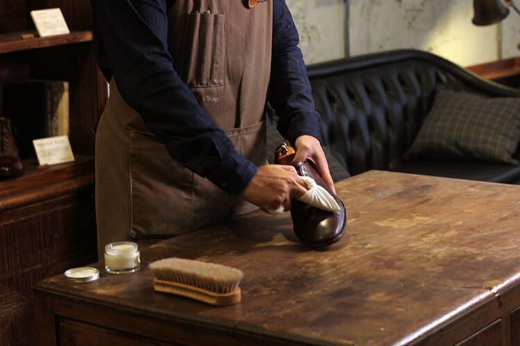 將滋養乳塗在皮鞋鞋面
