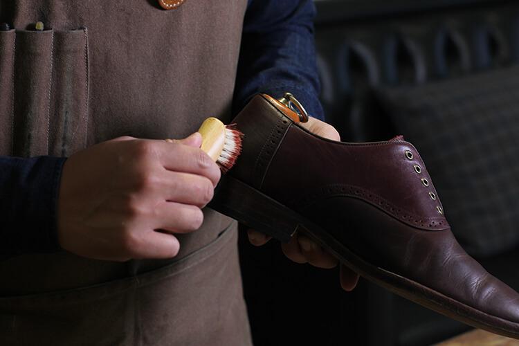 將蜜蠟用鞋油刷塗在鞋面