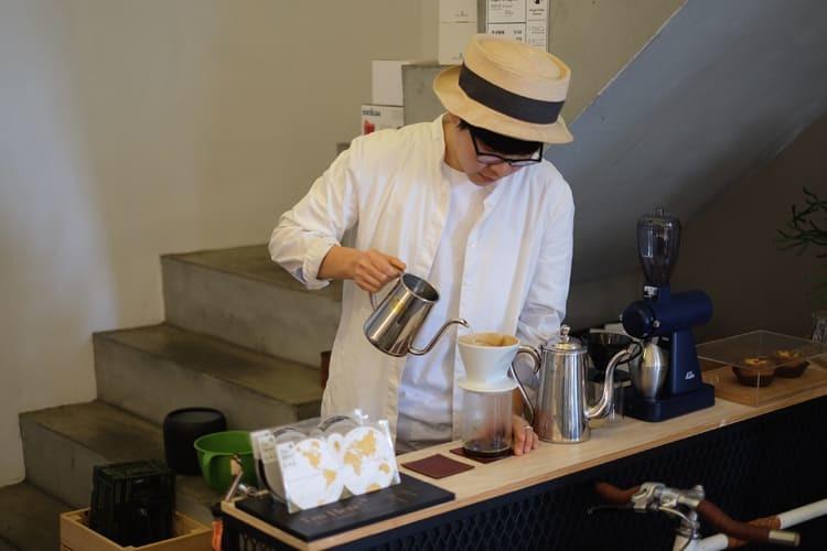 在咖啡師與皮件設計師之間穿梭得宜