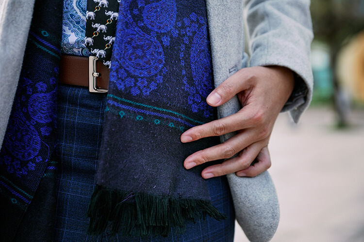 灰色外套與藍色的圍巾