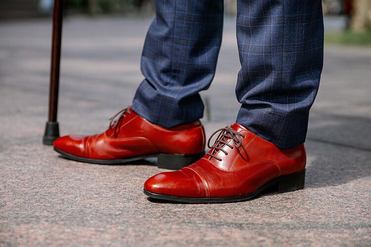 藍色褲子與紅色鞋子