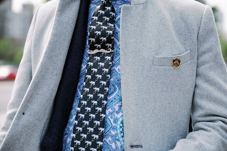 灰色西奘與大象領帶