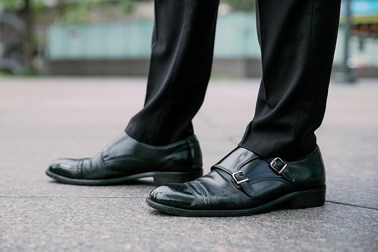 黑色褲子與黑色孟克鞋