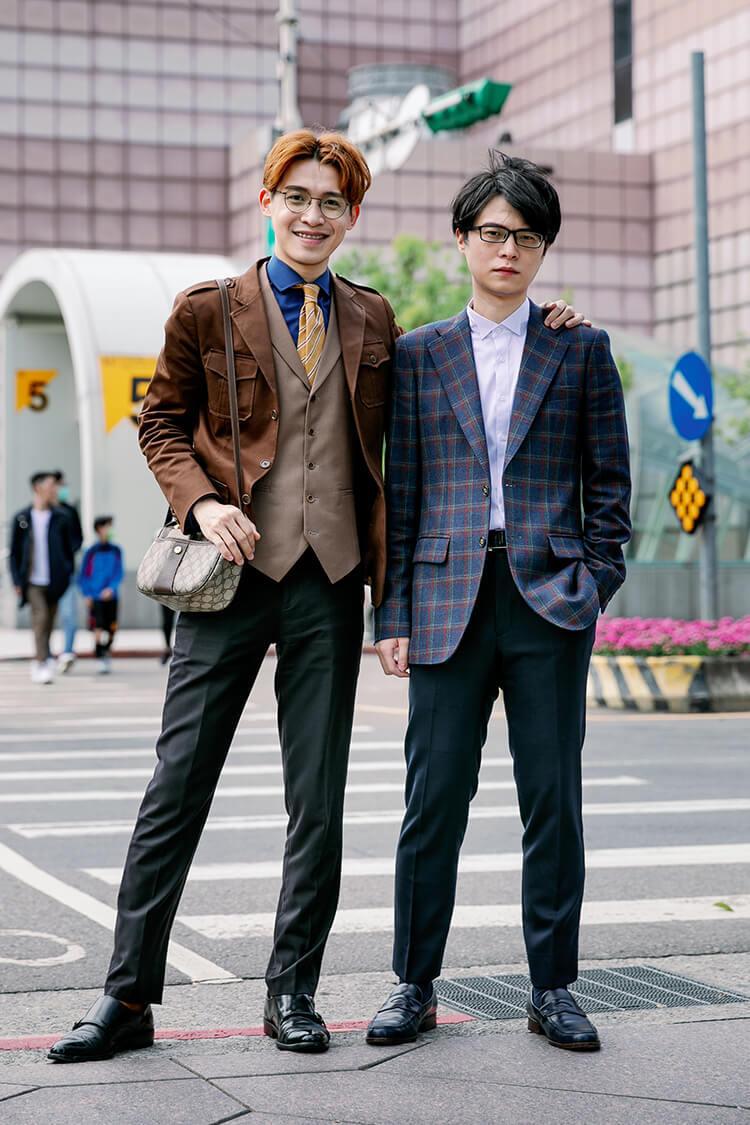 穿著咖啡色西裝外套跟黑色孟克鞋跟藍色格紋秤山與樂福鞋的人