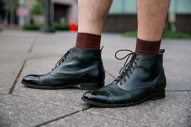 咖啡色襪子與黑色靴子