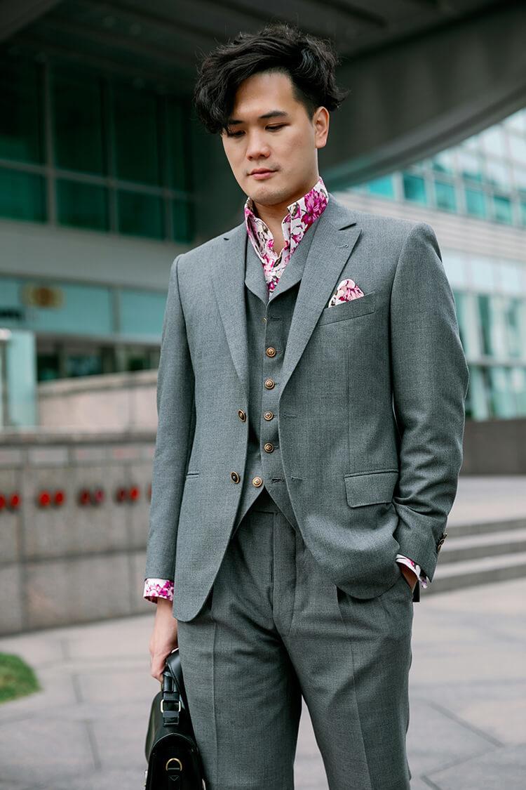 穿著灰色西裝的男人