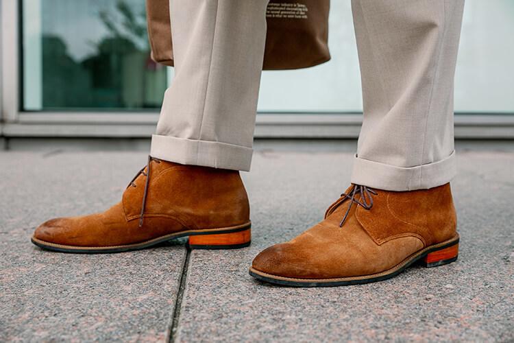 米色褲子跟咖啡色靴子