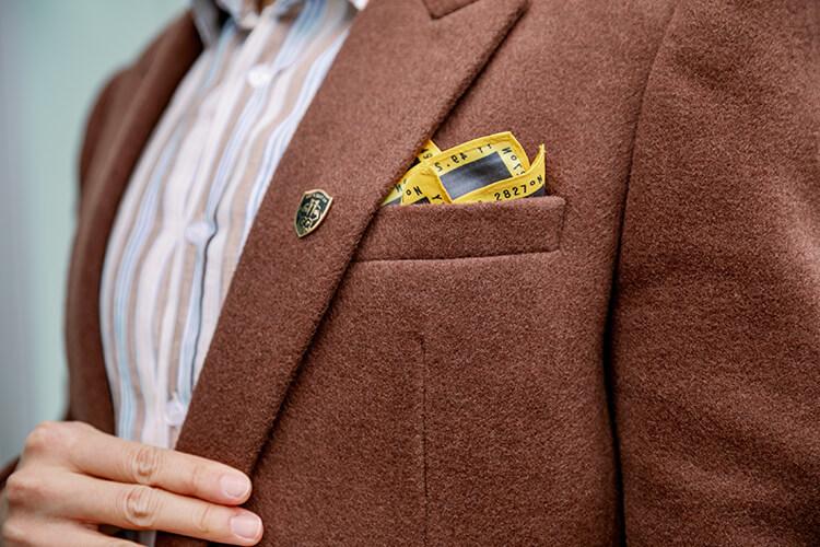咖啡色西裝外套與口袋巾