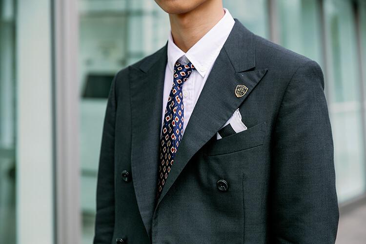 黑色西裝與口袋巾與藍色領帶