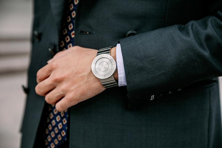 黑色西裝與手錶