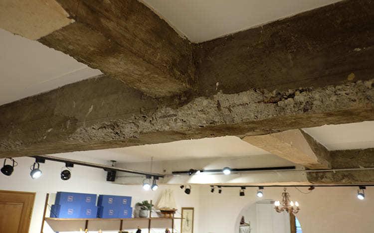 保留原老屋狀況的牆面與屋梁