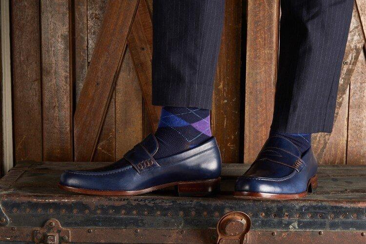 條紋西裝褲與藍色樂福鞋
