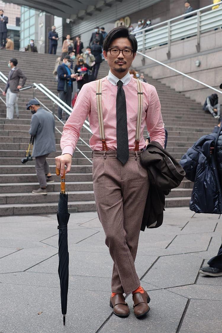 穿粉紅條紋襯衫搭配亞麻長褲與雙扣孟克鞋的林果好友