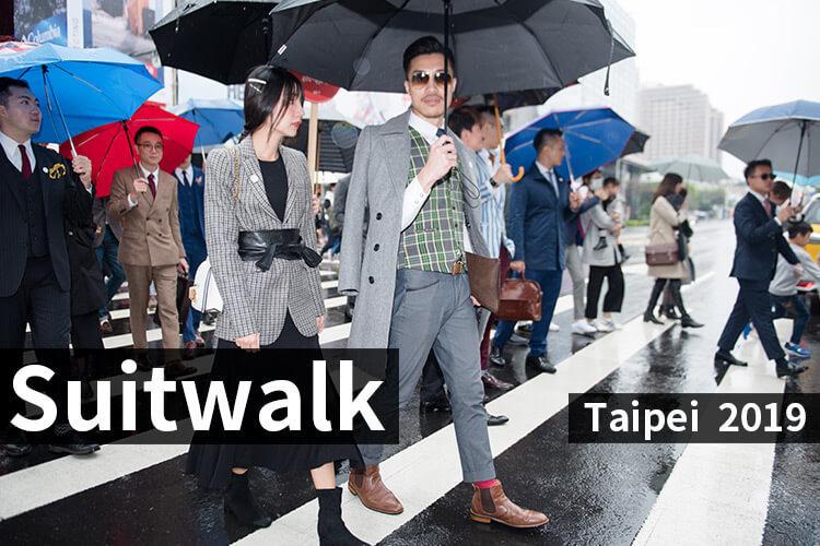 一群撐傘正要過馬路的人