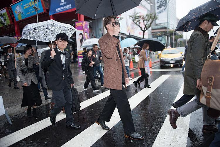 另外一群撐傘要過馬路的人