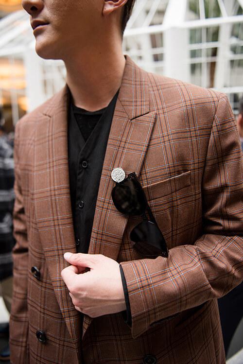 咖色西裝外套與墨鏡