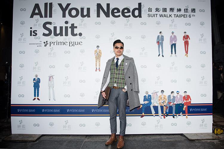 穿灰色西裝與咖啡色雀爾喜且戴墨鏡的男人