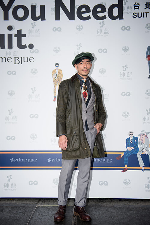 穿油布外套與灰色西裝帶皮帽的男人