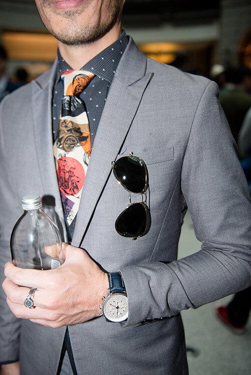 灰色西裝與墨鏡跟手錶