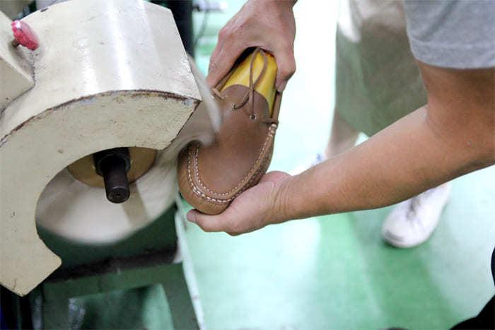 鞋面拋上透明硬蠟