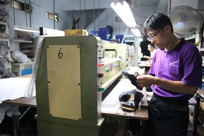 師傅正在製鞋