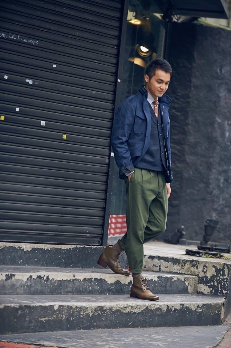 藍色夾克搭配軍綠色卡其褲與日本軍靴