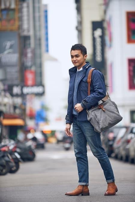 藍色夾克搭配丹寧褲與拉鍊靴
