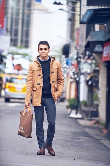 黃色大衣搭灰色西裝褲與拉鍊靴