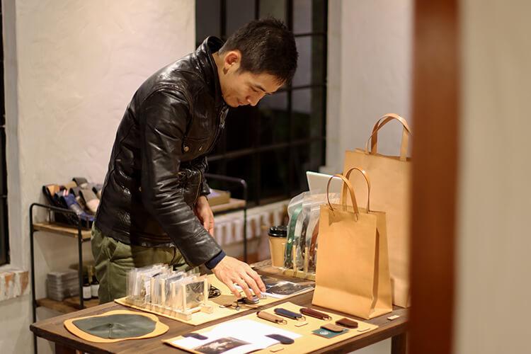 穿皮衣的男人正在看產品