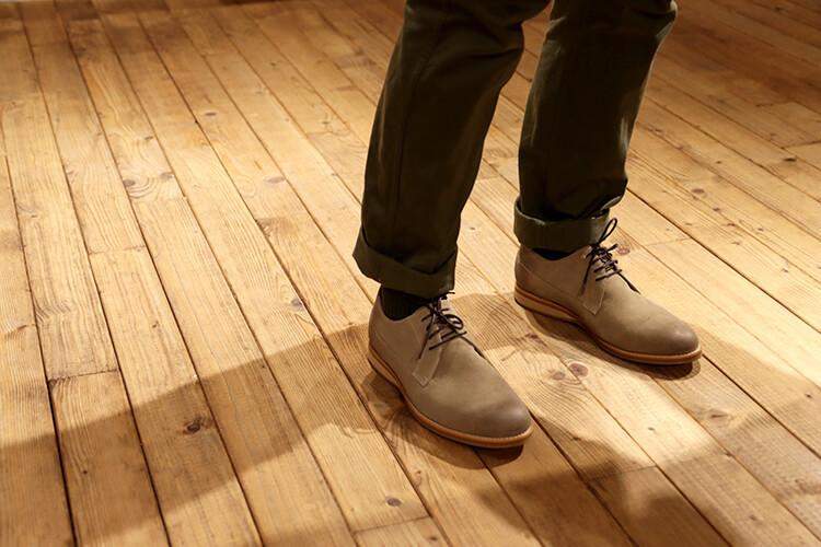 綠色褲子與灰色鞋子