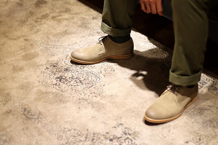 另一視角的綠色褲子與灰色鞋子